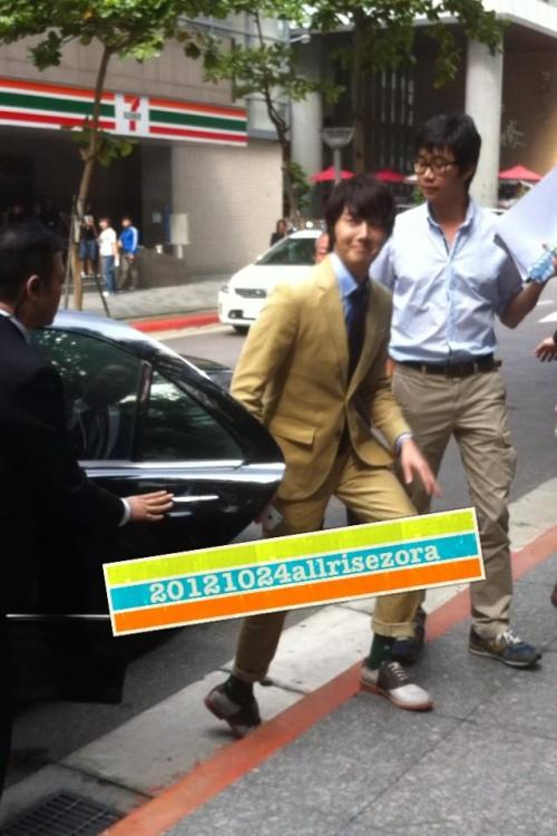 2012 10 23 Jung II-woo travels to Taiwan. 100% Entertainment Show Part 100001