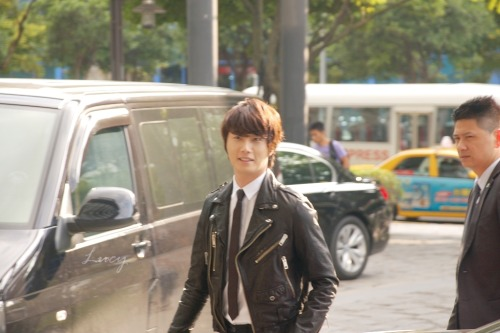 2012 10 23 Jung II-woo travels to Taiwan. 100% Entertainment Show Part 2 Being Transported 00004