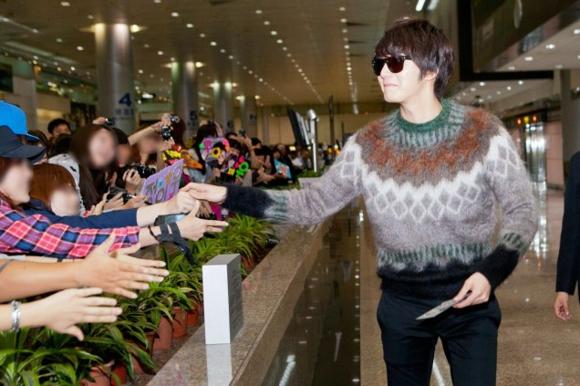 2012 10 23 Jung II-woo travels to Taiwan. Airport Arrival00011
