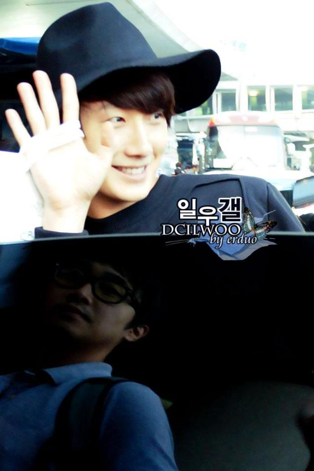 2012 10 23 Jung II-woo travels to Taiwan. Airport. Leaving Taiwan00003