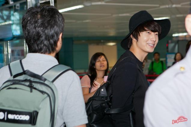 2012 10 23 Jung II-woo travels to Taiwan. Airport. Leaving Taiwan00006