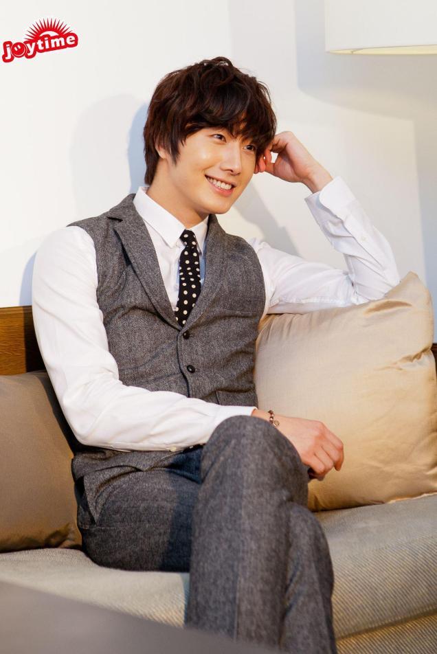 2012 10 23 Jung II-woo travels to Taiwan. China News 360 Interview Photos 00013