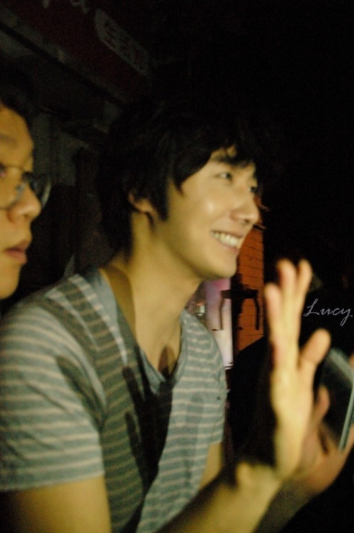 2012 10 23 Jung II-woo travels to Taiwan. Hanging out!00008