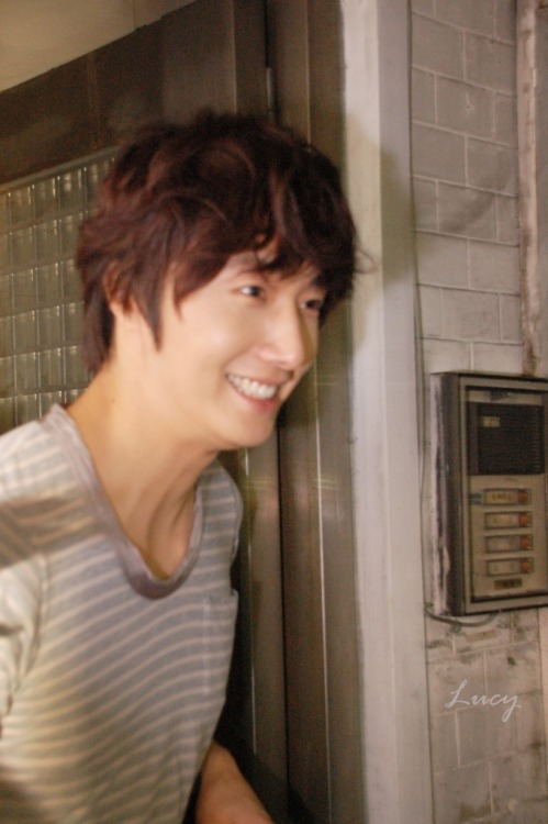 2012 10 23 Jung II-woo travels to Taiwan. Hanging out!00009