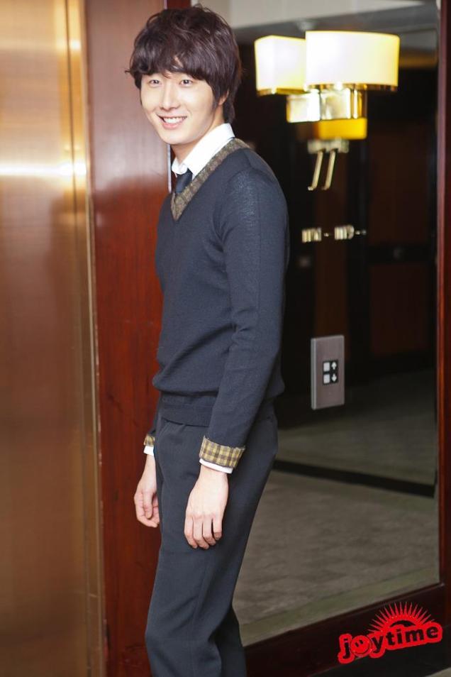 2012 10 23 Jung II-woo travels to Taiwan. Photo Op 2 in Hotel 00004