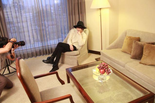2012 10 23 Jung II-woo travels to Taiwan. Photos Op Hotel Room 00003