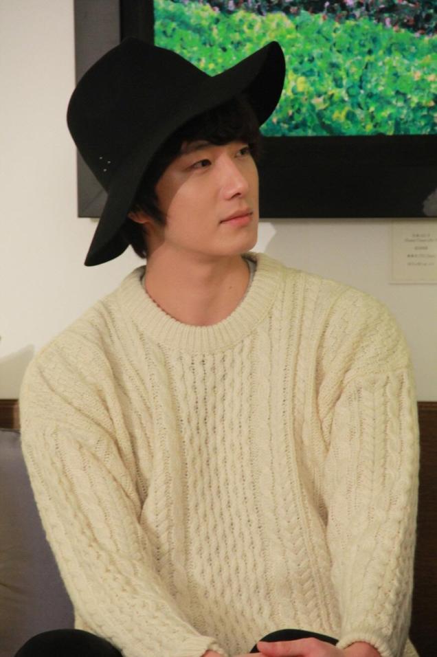 2012 10 23 Jung II-woo travels to Taiwan. Photos Op Hotel Room 00004