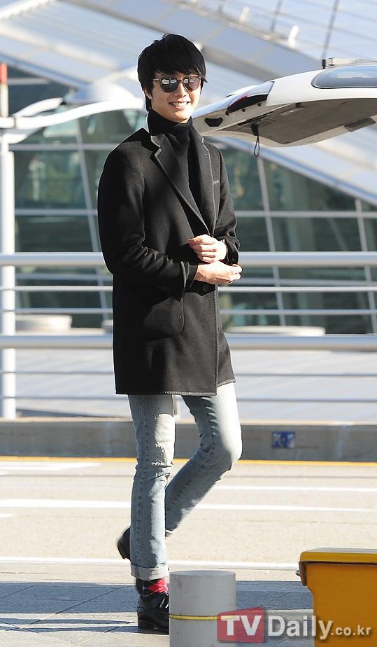 2012 11 30 Jung II-woo at the MAMA Awards Airport Arrival00007