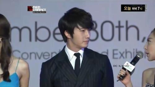 2012 11 30 Jung II-woo at the MAMA Awards Screen Caps00004