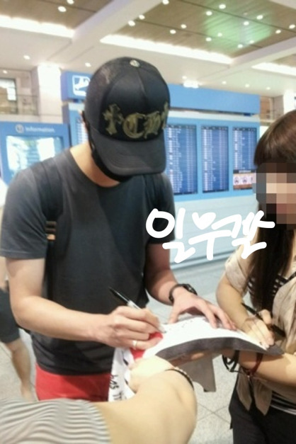 2012 5 20 Jung II-woo in Thailand (Personal Trip) At airport... 00003