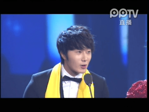 2012 7 3 Jung II-woo receives the Grand Prize for an Asian young Male in China.00002