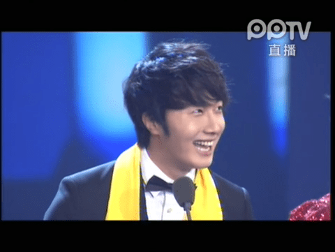 2012 7 3 Jung II-woo receives the Grand Prize for an Asian young Male in China.00003