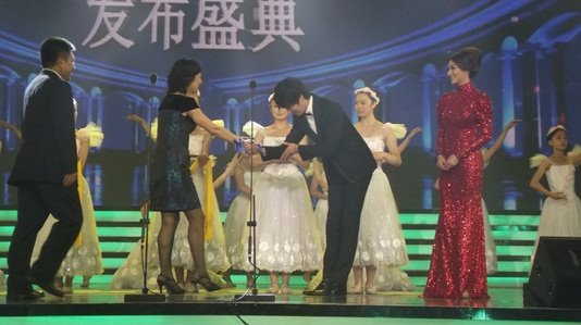 2012 7 3 Jung II-woo receives the Grand Prize for an Asian young Male in China.00017
