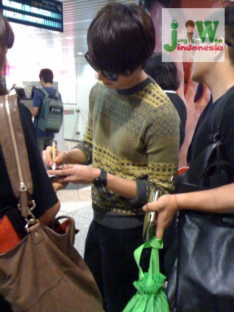 2012 9 23 Jung II-woo in Holika Holika's Fan Meet in Malaysia (airport) 00146