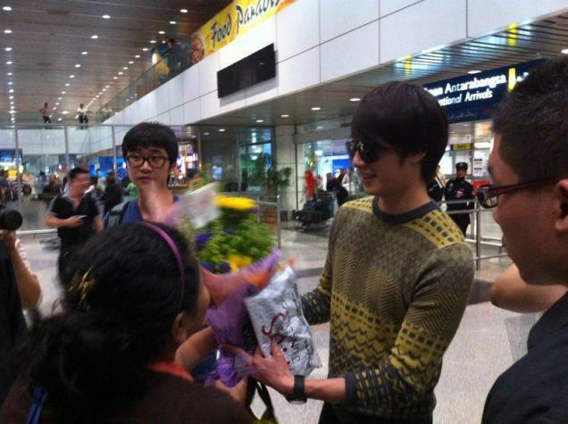 2012 9 23 Jung II-woo in Holika Holika's Fan Meet in Malaysia (airport) 00148