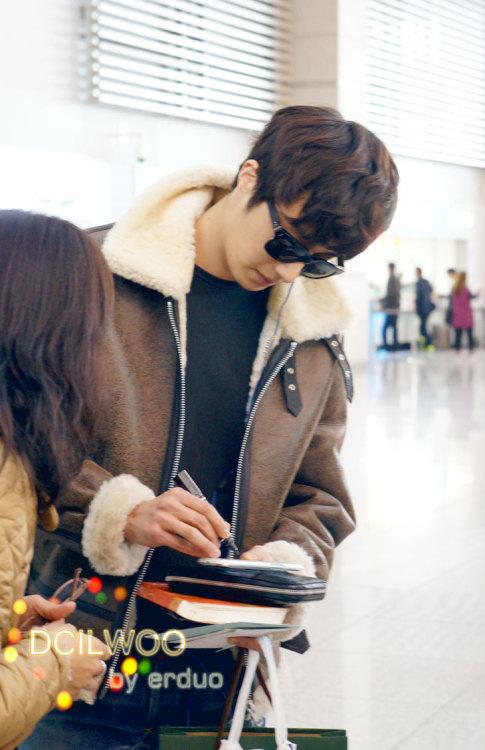 2013 2 22 Jung II-woo in Holika Holika Event in Myanmar (Airport Departing Seoul) 00012