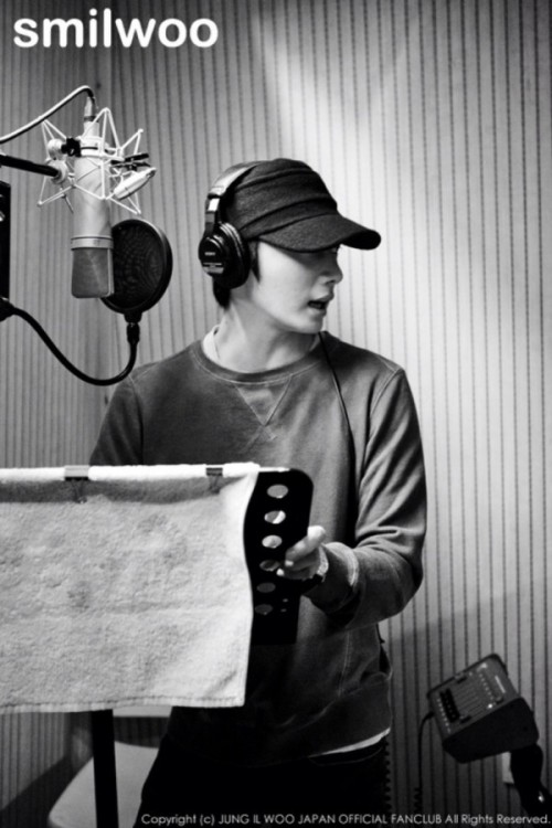 2013 2 Jung II-woo atthe recording studio preparing sound for a Fan Meet.00001