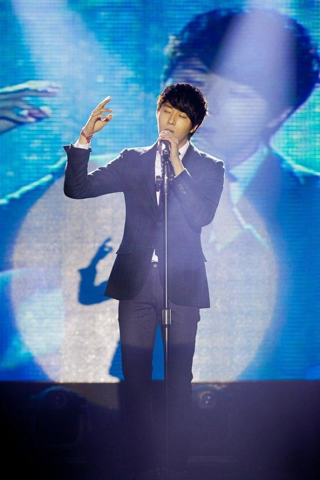 Jung II-woo at Taiwan's Fan Meeting 2012 12 8 Singing 00004