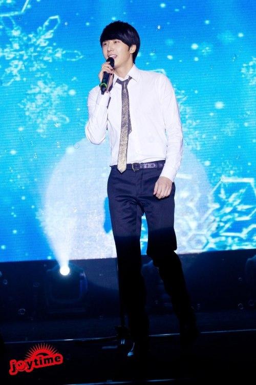 Jung II-woo at Taiwan's Fan Meeting 2012 12 8 Singing 00008