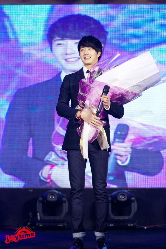 Jung II-woo at Taiwan's Fan Meeting 2012 12 8 With Fans00006