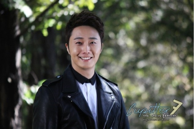 2013 10 Jung II-woo Golden Rainbow Poster Shoot Behind the Scenes Cr. MBC, Cupitter00021