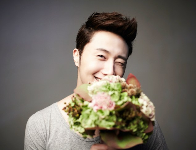 2013 10 Jung II-woo Rainbow Photo Shoot, Part 7 With flowers. Cr. Kwon Yoon-sung 00001