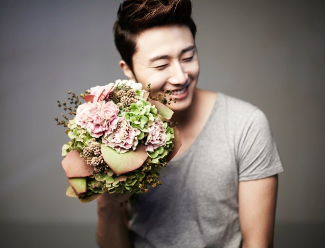 2013 10 Jung II-woo Rainbow Photo Shoot, Part 7 With flowers. Cr. Kwon Yoon-sung 00002