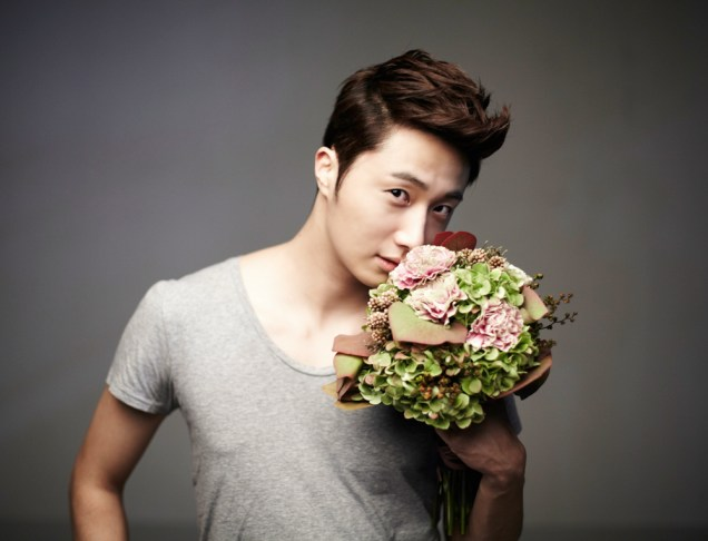 2013 10 Jung II-woo Rainbow Photo Shoot, Part 7 With flowers. Cr. Kwon Yoon-sung 00003