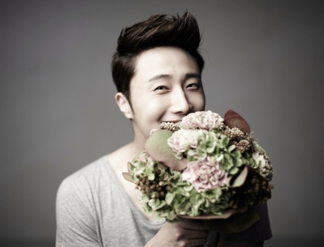2013 10 Jung II-woo Rainbow Photo Shoot, Part 7 With flowers. Cr. Kwon Yoon-sung 00005