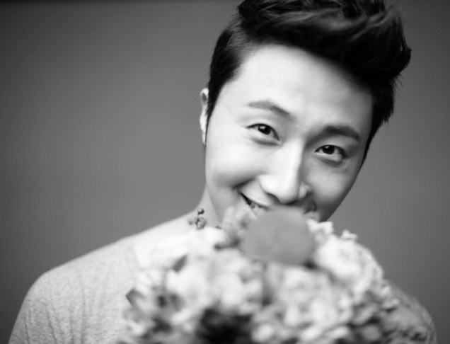 2013 10 Jung II-woo Rainbow Photo Shoot, Part 7 With flowers. Cr. Kwon Yoon-sung 00010