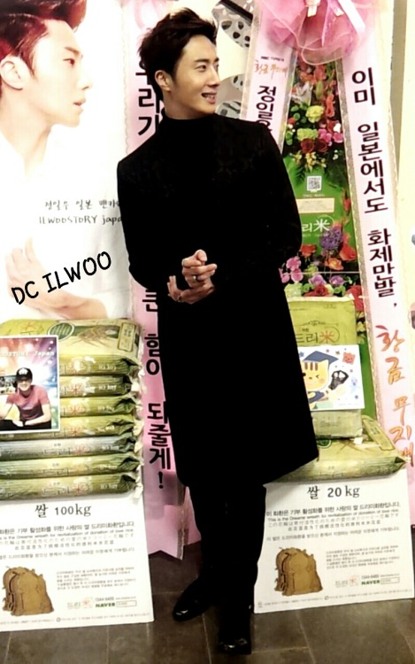 2013 11 7 Jung II-woo at the Press Conference for Golden Rainbow, black overcoat9