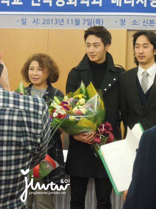 2013 11 7 Jung II-woo donates money for Hanyang University 11