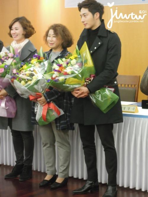 2013 11 7 Jung II-woo donates money for Hanyang University 16