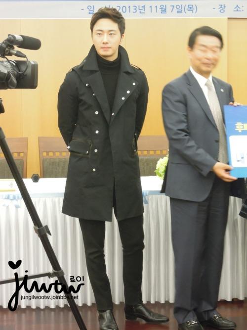 2013 11 7 Jung II-woo donates money for Hanyang University 18