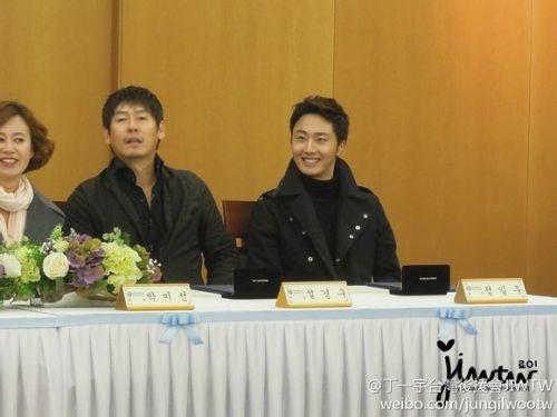 2013 11 7 Jung II-woo donates money for Hanyang University 6
