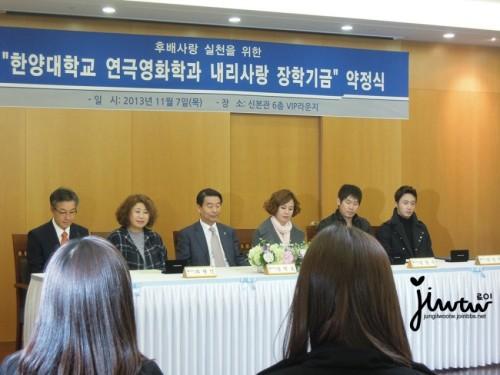 2013 11 7 Jung II-woo donates money for Hanyang University 9
