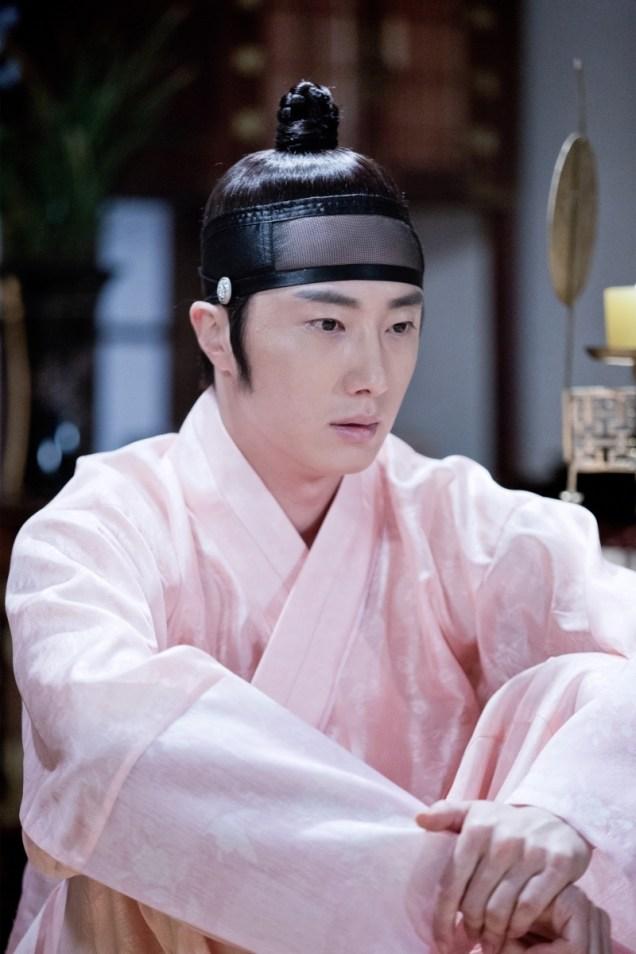 2014 8 Jung II-woo in Night Watchman's Journal BTS in Pink 4