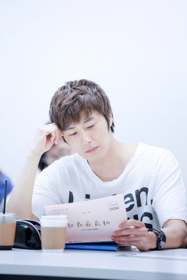 Jung II-woo reading the Night Watchman Journal Script. Cr. Jungilwoo.com 00001.jpg
