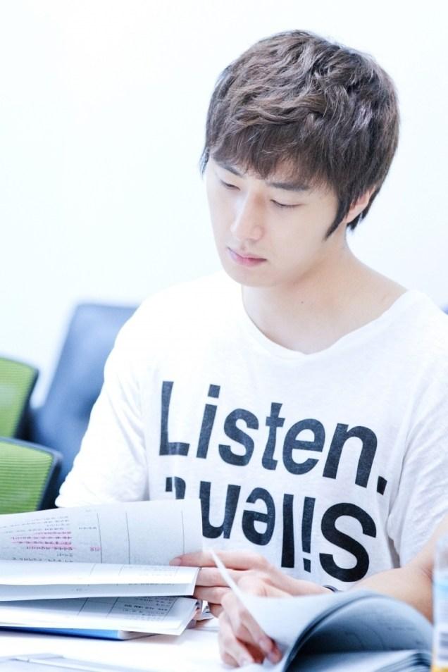 Jung II-woo reading the Night Watchman Journal Script. Cr. Jungilwoo.com 00005.jpg