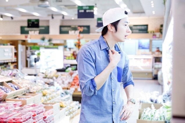 Jung Il-woo Shopping in prep for NIght Watchman's Journal. 00006