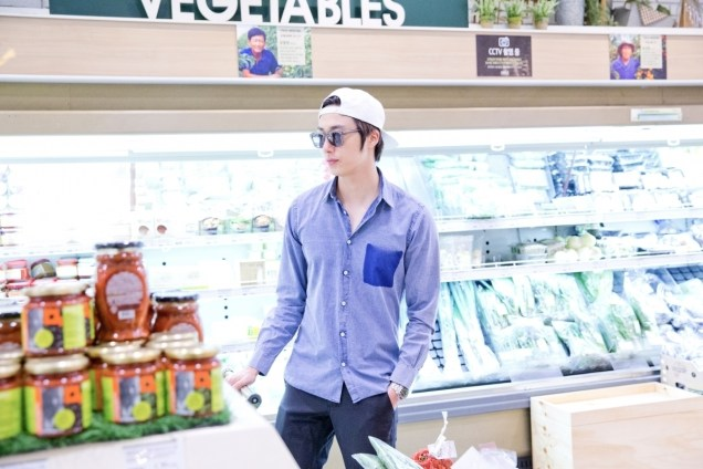 Jung Il-woo Shopping in prep for NIght Watchman's Journal. 00007
