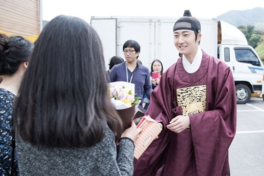 2014 10 7 Jung Il-woo dates his girlfriend:s secretly Cr. jungilwoo.com for Starcast 33.jpg