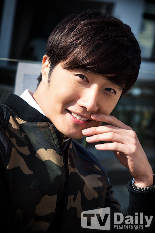 2014 11 Jung Il-woo in a camouflage jacket photo shoot 4