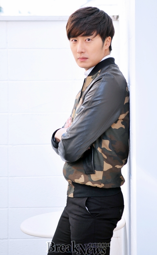 2014 11 Jung Il-woo in a camouflage jacket photo shoot 5