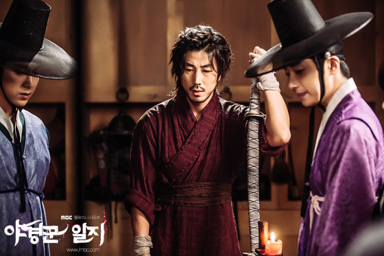 2014 9:10 Jung Il-woo in THe Night Watchman's Journal Episode 17 BTS 1