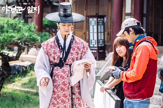 2014 9:10 Jung Il-woo in THe Night Watchman's Journal Episode 17 BTS 2 3