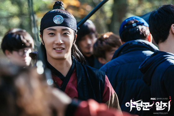 2014 9:10 Jung Il-woo in THe Night Watchman's Journal Episode 18 BTS 3