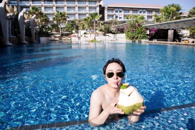 2014 10:11 Jung Il-woo in Bali : BTS Part 1 Enjoying the pool! .jpg 4