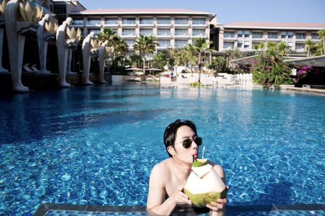 2014 10:11 Jung Il-woo in Bali : BTS Part 1 Enjoying the pool! .jpg 5