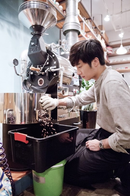 2014 11 13 Jung Il-woo makes coffee when he gets sentimental.  Starcast 11.jpg